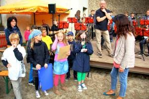 Die Kinder übergaben zum Jubiläum selbst verfasste Gedichte.